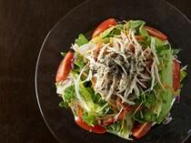 野菜がおいしい『農園野菜と阿波尾鶏のサラダ』