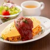 ふわふわ卵と濃厚なケチャップ味が後を引く『オムライス』※コンソメスープ、ミニサラダ、ドリンク付★