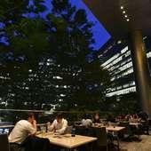オフィス街にて開放的なテラス空間