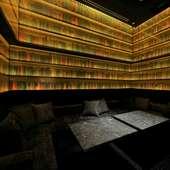 書籍に囲まれたカラオケルーム