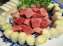 削りたての鰹節と羅臼昆布でだしをとり無農薬で自家栽培した長ネギと本マグロの美味しい鍋のコースです。