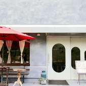 カフェスペースは、グレーの落ち着いたスペースです。