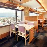 大阪を一望できるテーブル席。東には生駒山が眺められ、眼下には大阪の街が広がります。