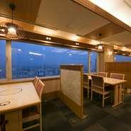 大阪を一望できるテーブル席。東には生駒山が眺められ、夜には美しい夜景が目を楽しませてくれます。