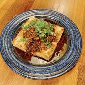 たっぷりの肉そぼろと具だくさんラー油をのせた島豆腐ステーキ