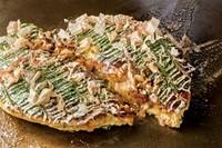 不動の1番人気! 豚肉、牛すじこんにゃく、チーズ、いか、海老の入ったボリューム満点のお好み焼です。