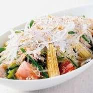 トマトやヤングコーンなどの彩りある野菜とプチプチ食感の海藻麺、カリカリに炒めたじゃこなど入った千房特製のサラダです。(すりおろしオニオンドレッシングを使用)