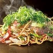 もやしのシャキシャキ食感と、素干し小エビの風味が豊かな塩味の焼そばです。 焼そばの上にどっさりと乗ったねぎとの相性もバツグンです!