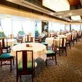 レトロな雰囲気のレストラン。落ち着いてお食事いただけます。
