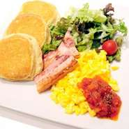 食欲をそそる肉厚ベーコンとふんわりほろほろのスクランブルエッグがよく合う一品。 朝食の代表ともいえる幸せな組み合わせをふわふわのパンケーキと一緒にお召し上がりください。