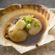 当店の名物料理! その日に仕入れた活きホタテ貝を秘伝のタレとバターで仕上げてます。