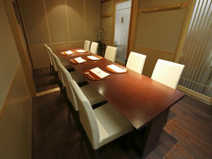 イスとテーブルの席となっており、どなた様でも楽にお掛けいただけます。
