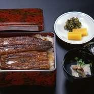 美濃吉は江戸時代、京都所司代より「川魚生洲八軒」の一軒として許可を受け現在に至っております。うなぎは国産の物のみを使用しており、自慢の逸品です。