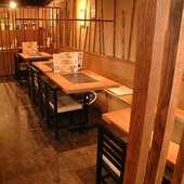 気軽にサクッと飲んで食べて楽しめるテーブル席も20席あり。