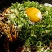 たっぷり九条ネギと生卵を絡めて食べる特製たぬき焼き