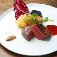 お肉の味わいをシンプルに楽しむ『赤城牛ステーキ&フリット』。ランプ肉は赤身の肉々しさを堪能できる部位。ミディアムレアに仕上げ、ソースでも塩でも、どちらでもおいしくいただけます。