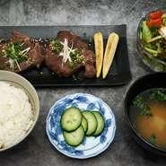 低温調理した極厚の牛タンは新食感。牛タン好きにはたまらない逸品。