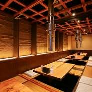 間接照明と木の温もりに包まれた店内は、座席同士の間隔にゆとりがあり、広々とした印象。居心地が良く、リラックスムードでゆったり憩える一軒です。(実際には各テーブル毎に仕切りがあり、個室になっています。)