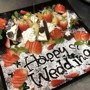 お肉の『カップル盛り』や、記念日のお祝いに最適なメッセージ入りのデザートプレートなど、恋人同士にぴったりのメニューが盛りだくさん。(写真は約3人前のお祝いデザートプレート1500円税抜)