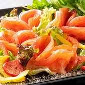 ハート型のトマトと、目の前でたっぷり削られるチーズに釘付け『トマトLOVEサラダ』