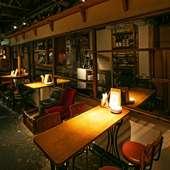 二人の距離が近づく大人の空間で食事とお酒を楽しんで