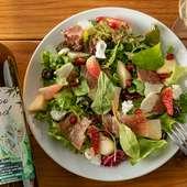 果物たっぷりで華やか。味はすっきりと爽やかな『生ハムと季節のフルーツサラダ』