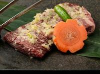 繊細な味わい、かつ高品質で脂肪の少ない肉のみを使用しています。厚みがあり、牛全体から4人前しか入手できません。ブロックで焼いてもジューシーで柔らかいです。