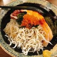 鎌倉の海の幸をたっぷり使った見た目も鮮やかな海鮮丼。