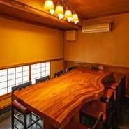 くつろげる個室を3室完備。一枚板の重厚なテーブルが素敵な個室に加え、掘りごたつタイプの座敷席もあります。座敷の2卓を使えば、最大で20名程度まで対応可能。お年寄りやお子さまのいる集まりにも便利です。