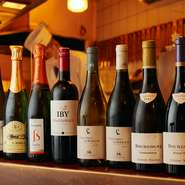 """アルコールも多彩で、ワインにも注力しています。スタッフのおまかせに身を委ねれば、""""新しい味わい""""に出合えるかもしれません。期間限定のものもあるので、詳細はお店のSNSを要チェックです。"""
