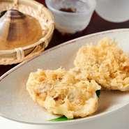 先代である2代目が考案したオリジナル天ぷらで、人気メニューの一つ。殻ごと揚げたあと、醤油をかけていただきます。椎茸の風味、蛤のエキスが絡み合い、食べた瞬間に口福が訪れます。
