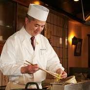 「お客さまそれぞれの様子をみて、最適な状態で提供することを心掛けています」と語る桑田氏。ゲストが食べる瞬間に1番おいしい状態で食せるよう計算し、とっておきの一皿を提供しています。