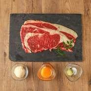 上質な国産和牛を産地直送で仕入れております。当店名物のしゃぶしゃぶをはじめ、贅沢に握りで楽しむ炙り肉寿司やステーキなどの逸品料理をご用意しております。