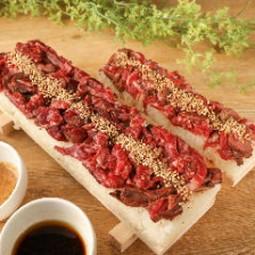 ロングユッケ寿司がメインのコ―ス。馬刺しの紅白盛りや鮮魚のお造りなど、自慢の逸品料理が勢揃い!