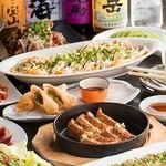 肉汁溢れるジューシーな鉄板餃子が味わえるお手頃価格の宴会コース。クーポン利用で2500円。