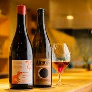 料理だけでなく、ドリンク類についても日ごとに異なる内容で提供。自然派ワインを中心に取り揃えています。シンプルに調理された料理たちとのペアリングをどうぞご堪能あれ。