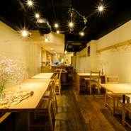 優しい照明の灯りがフワッと包み込んでくれるような空間。木を基調にしたオシャレなお店で、ディナーデートにもピッタリ。コース料理もあり、誕生日や記念日などにも最適です。