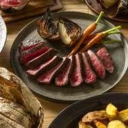 炭と薪を使って丁寧に火入れした一皿。エイジングしたお肉を使っていて、噛み締めるたびに旨みがあふれ出します。お肉の状態、種類によって味付けを変えており、その時々で異なる味わいを楽しめるのもポイントです。