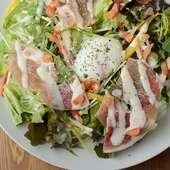 自家製ドレッシングを使った『生ハムと温泉卵のシーザーサラダ』は女性に人気