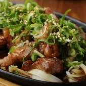 鉄板で熱々に焼き上げた『トンテキ』はしお味とにんにくダレが選べる絶品メニュー