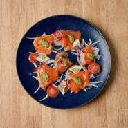 専用オーブンで焼き、お客様の目の前でチーズをたっぷりとおかけします!