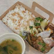テイクアウトしたお弁当は羽田イノベーションシティー内のテラス席でお召し上がりいただけます。