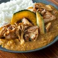 岩手県産若鶏をグリルし旨味をとじこめ、さとむすびオリジナルカレールーと一緒に煮込みました。 季節野菜と一緒にお召し上がりください。