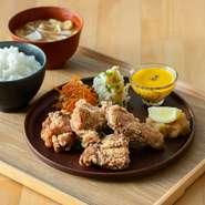 宮崎県産若鶏を大ぶりにカットし、特製のたれに漬け込みました。おろしポン酢とご一緒に。