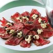 やわらかな肉の旨みを堪能できる『ブラックアンガス牛のカルパッチョ』