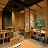 東京メトロ西新宿駅からすぐ、【ホテルローズガーデンアネックス】の1階にある【日本料理 桜】は、都会の喧騒を忘れる落ち着いた空間で、季節を映した旬の料理を楽しめる日本料理店です。