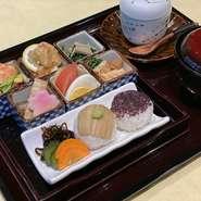 日替わりの御晩菜定食を毎日2種類ご用意しております。気軽にお尋ねください。 ※写真は塩鮭定食