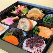 サラダ、揚物、お浸し等、彩りおかず七枡に、二種で100gの御飯が付いたヘルシー弁当