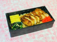 薩摩赤鶏のモモ肉をじっくり丁寧に、タレをつけながら火入れして仕上げたきじ重です。