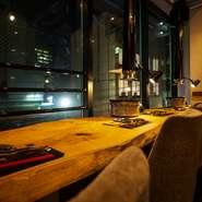 【うしHAJIME】では、宮城県産の厳選蔵王牛を一頭買いで仕入れています。店内で最適なタイミングまで熟成、丁寧に整形された肉は、いずれも上質かつリーズナブル。通常では味わえないプレミア部位にも出会えます。